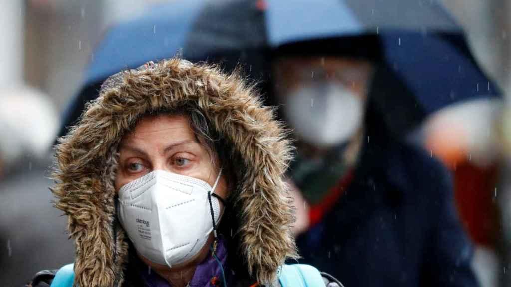 Una mujer con unas mascarilla FPP2.