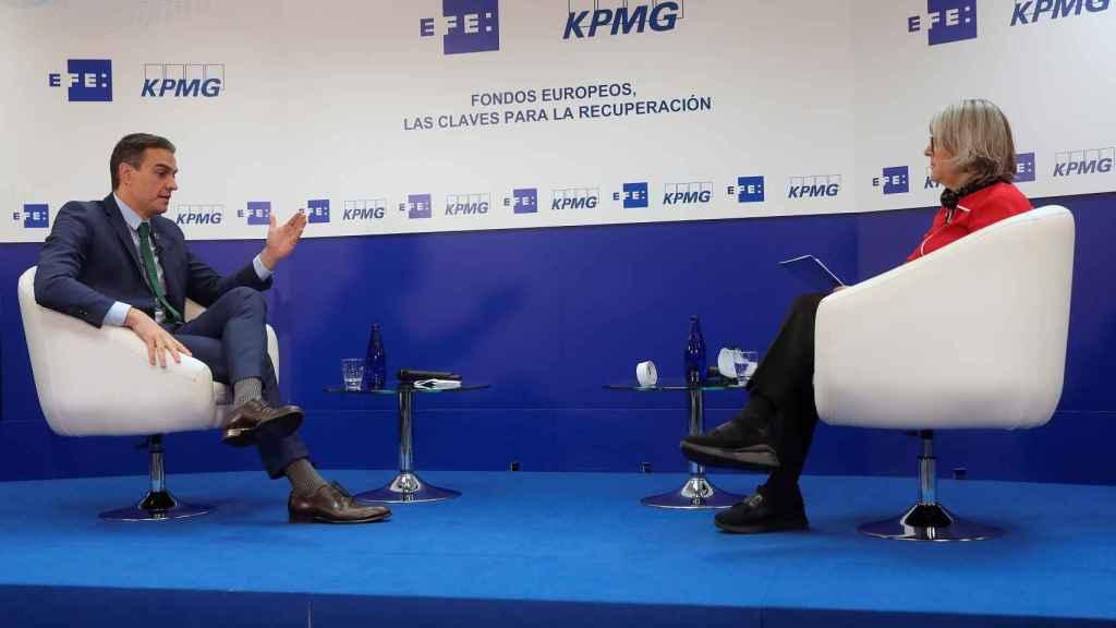 El presidente del Gobierno, Pedro Sánchez, entrevistado por la presidenta de Efe, Gabriela Cañas.
