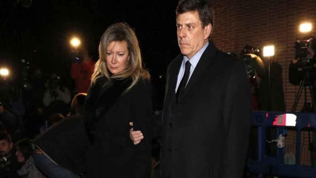 Juan Carlos Quer y Diana López-Pinel en el entierro de su hija Diana.