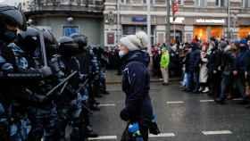 Una manifestante, frente a la Policía en una de las marchas a favor de Navalni.