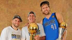 JJ Barea (a la izquierda) junto a Mark Cuban y Dirk Nowitzki