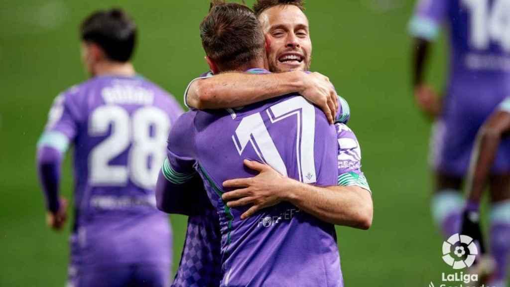 Joaquín y Canales celebran un gol del Betis ante la Real Sociedad