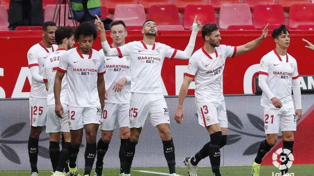 Los jugadores del Sevilla celebran un gol de En-Nesyri ante el Cádiz