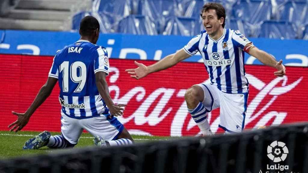 Isak y Oyarzabal celebran un gol de la Real Sociedad ante el Betis en la jornada 20 de La Liga