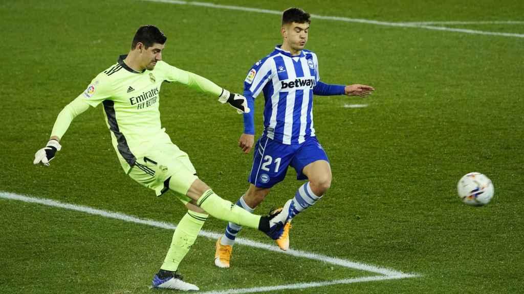 Thibaut Courtois despeja un balón con la presión de Martin Aguirregabiria