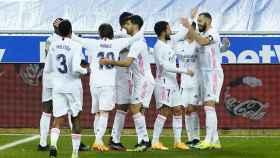 Los jugadores del Real Madrid felicitan a Benzema por su gol al Alavés