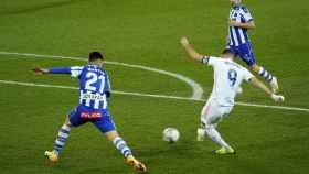 Benzema marca desde dentro del área del Alavés