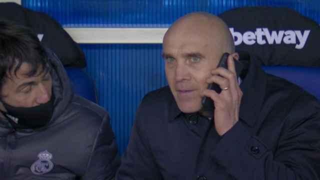David Bettoni, hablando por teléfono en el banquillo con Zinedine Zidane