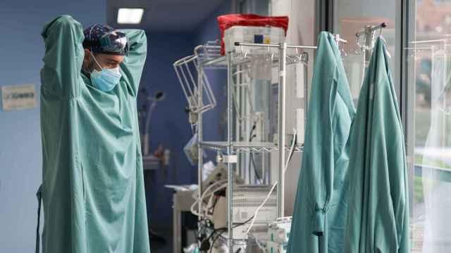 Un médico colocándose un EPI en el Hospital de Sant Pau, en Barcelona.