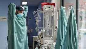 Un médico colocándose un EPI.