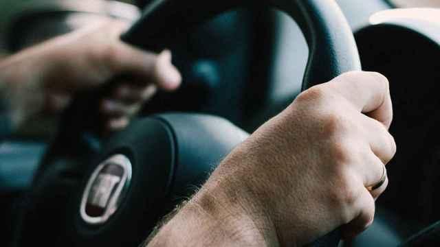 Un conductor al volante de su vehículo.