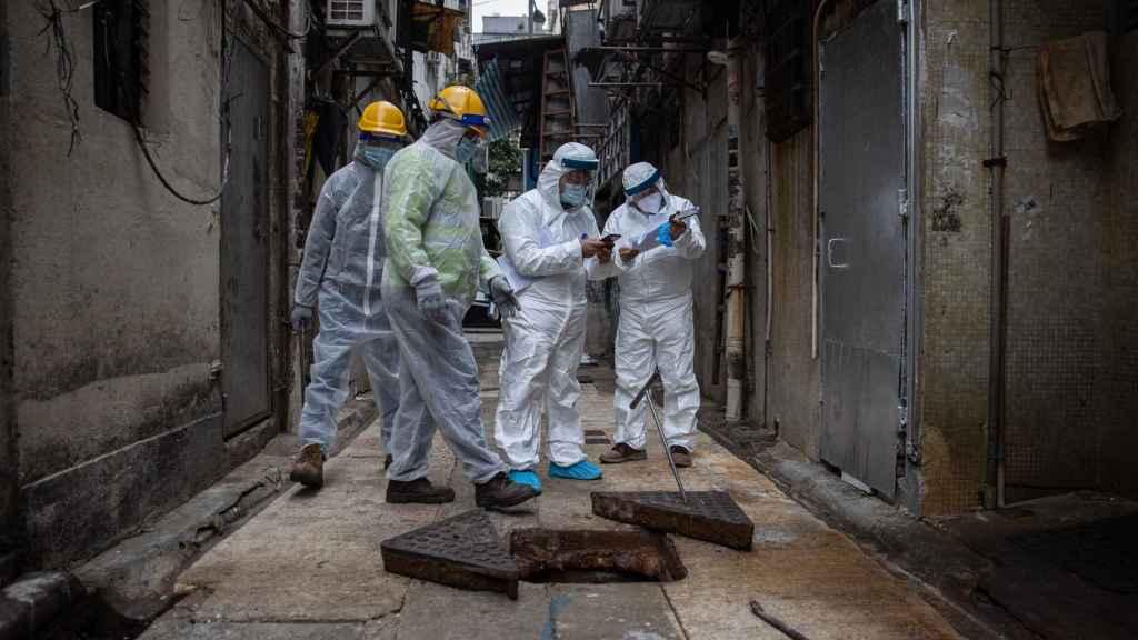 Varios trabajadores de control Covid en el barrio de Jordan, en Hong Kong.