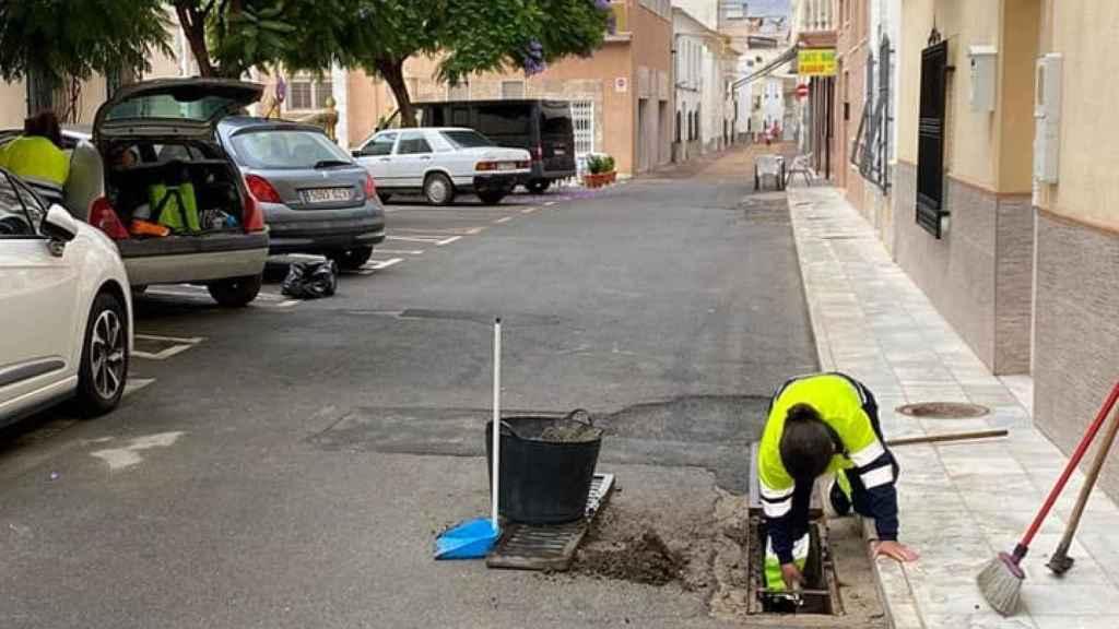 Unos operarios municipales haciendo trabajos en las calles de Fines donde residen Juan Pedro y Carmen.