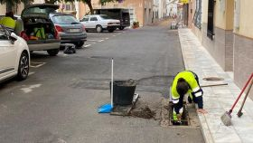 Unos operarios municipales haciendo trabajos en las calles de Fines.
