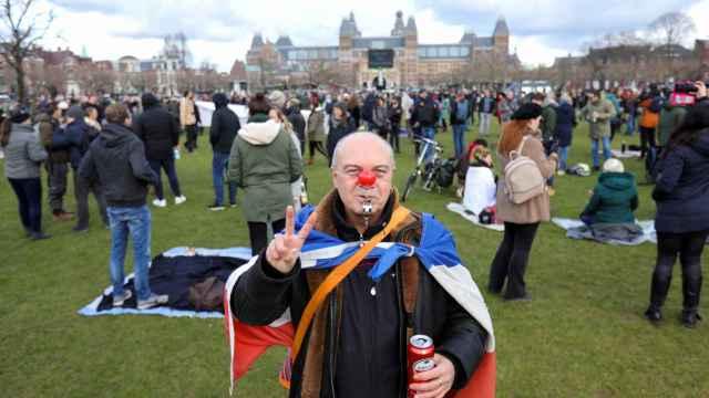 Cañones de agua y gases lacrimógenos contra una marcha de 'negacionistas' en Ámsterdam