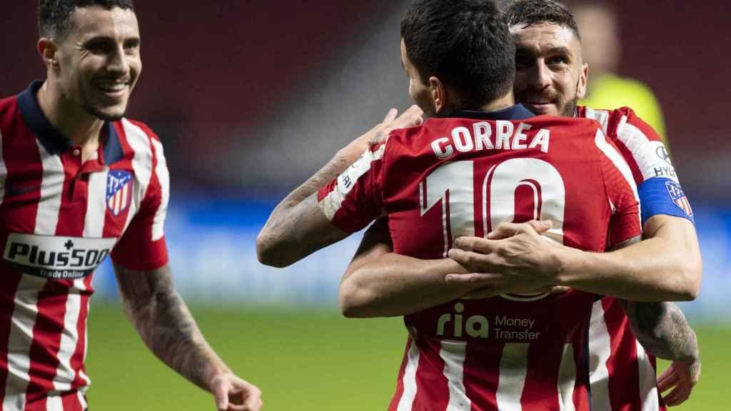 Koke abraza a Correa por su gol