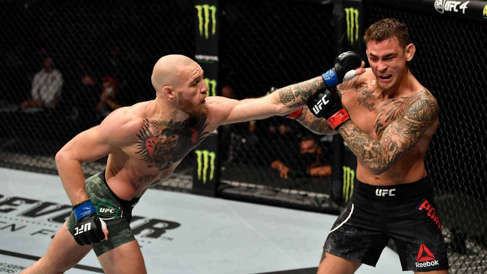 McGregor intenta golpear a Poirier en su combate de UFC