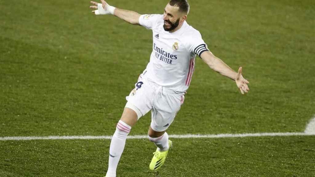 Karim Benzema celebra su segundo gol en el Alavés - Real Madrid de La Liga