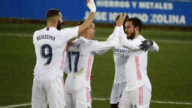 Los jugadores del Real Madrid celebran un gol ante el Alavés