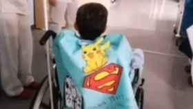 El pequeño con su capa de héroe saliendo de la UCI @jesus_lg64