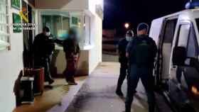 La Guardia Civil procede a la detención de uno de los asistentes a la fiesta. Foto: GUARDIA CIVIL