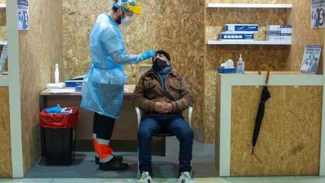 Un sanitario realiza una prueba PCR durante un cribado poblacional en Ourense.