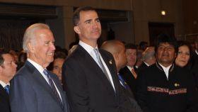 El todavía Príncipe Felipe, junto al entonces vicepresidente Joe Biden, en la toma de posesión de Michelle Bachelet, en Chile, en marzo de 2014.