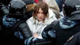 Una joven en una marcha en Moscú para exigir la liberación de Navalny.