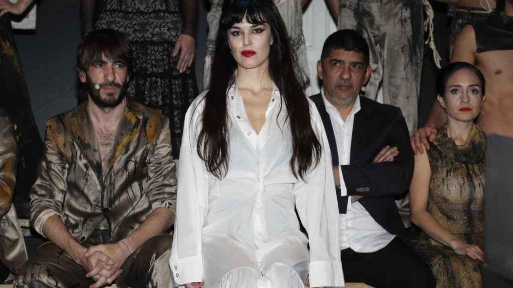 En primer plano, Sara Vega caracterizada de Yerma. Detrás de ella, su pareja, Daniel Navarro, que la mira, y el actor Pablo Durán.