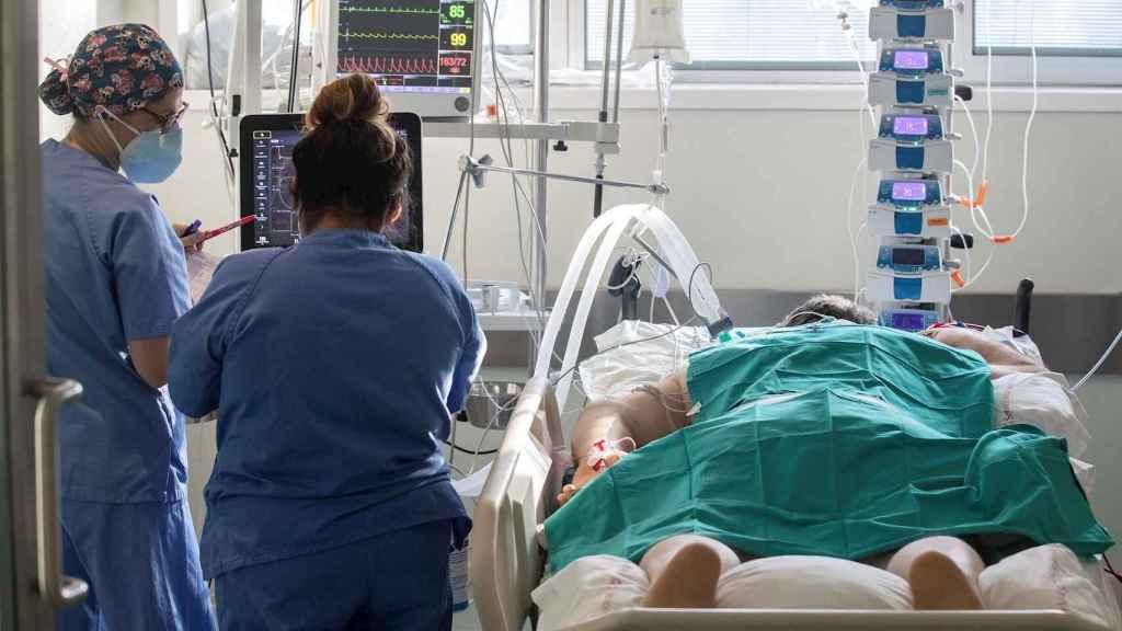 Dos enfermeras atienden a un paciente. EFE/ Marcial Guillén