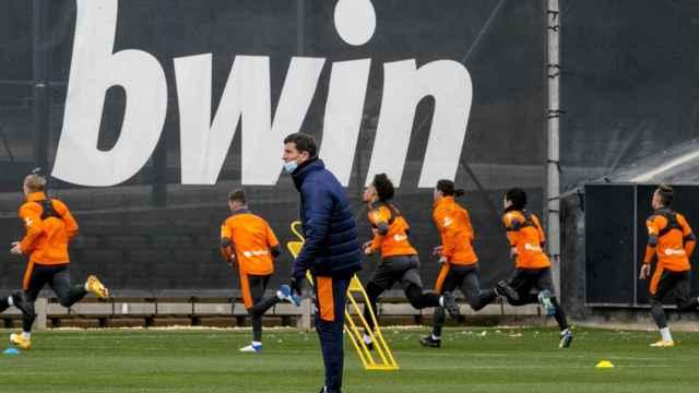 Javi Gracia y sus jugadores del Valencia CF, durante un entrenamiento