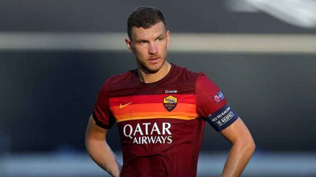 Edin Dzeko, en un partido de la Roma en la temporada 2020/2021