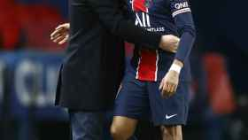 Kylian Mbappé y Mauricio Pochettino se abrazan durante un partido del PSG