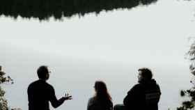 Un grupo de personas conversando al aire libre. Foto: Unsplash