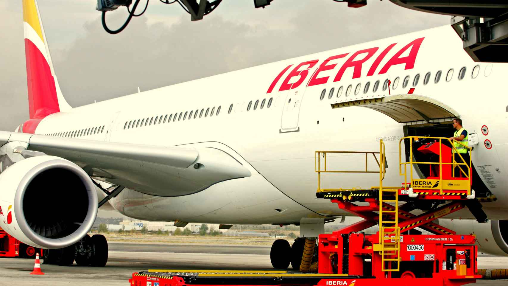 Un avión de Iberia (IAG) carga en un aeropuerto antes de iniciar su vuelo.