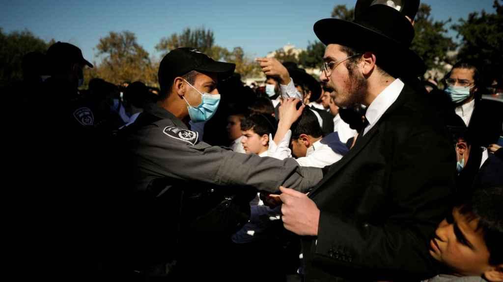 Manifestación de judíos ultraortodoxos contra las restricciones en Israel.