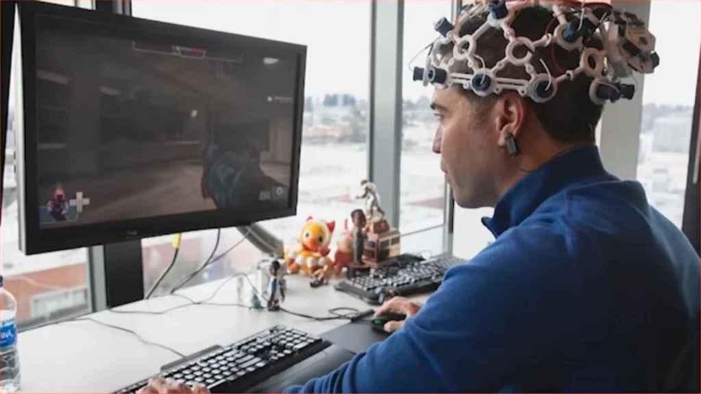 Un investigador juega con un dispositivo de interfaz cerebro-máquina