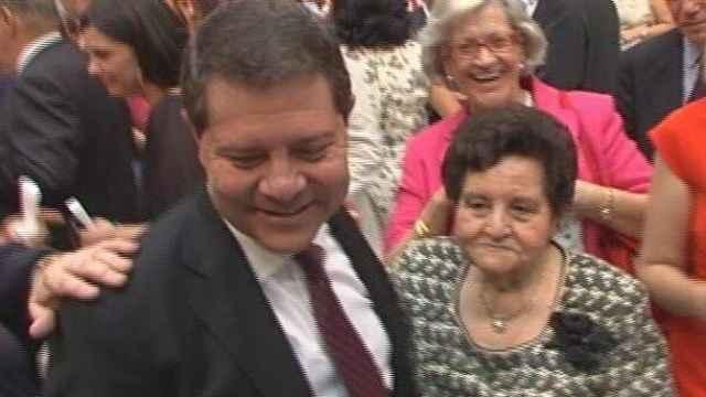 El presidente de Castilla-La Mancha, Emiliano García-Page, junto a su madre, Gregoria Sánchez.
