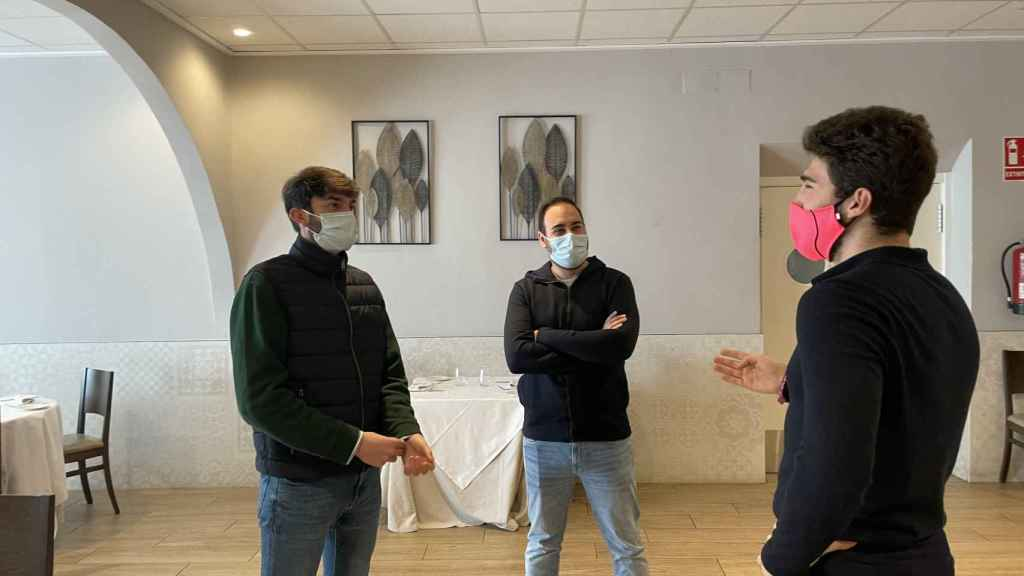 Alexis Sanz, a la derecha, habla con el chef Salva Llinares y Álvaro Garrigos, erre generación de El Sorell.
