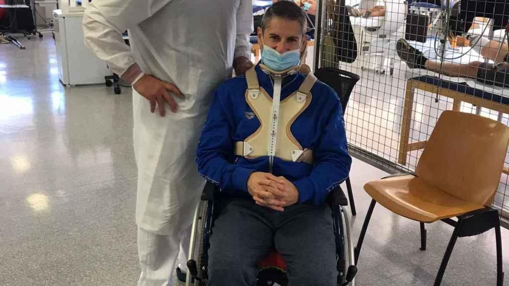 David junto a uno de los médicos que lo han tratado de sus lesiones estos meses.