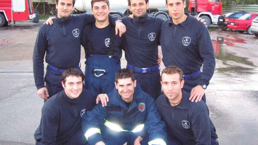 David junto a sus compañeros de promoción cuando aprobó la oposición a bombero en 2003.