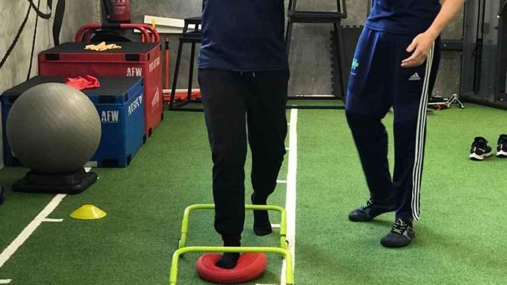 David junto a su amigo el fisioterapeuta Rafa Alcaraz que le ayuda en cada sesión.