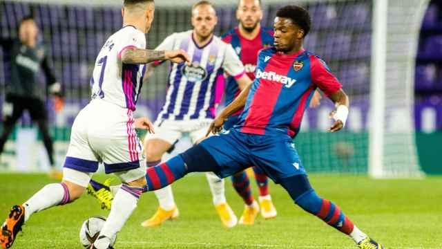Mickael Malsa pelea un balón ante el Valladolid