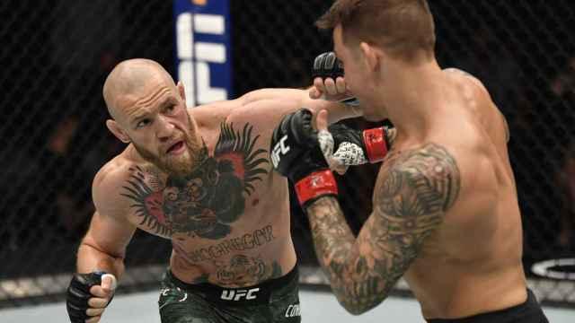 Golpe de Conor McGregor a Dustin Poirier, durante la UFC 257