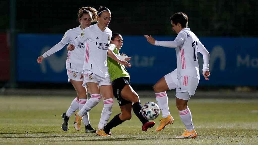 Marta Corredera, Kosovare Asllani y Teresa Abelleira intentan quitar el balón a una rival