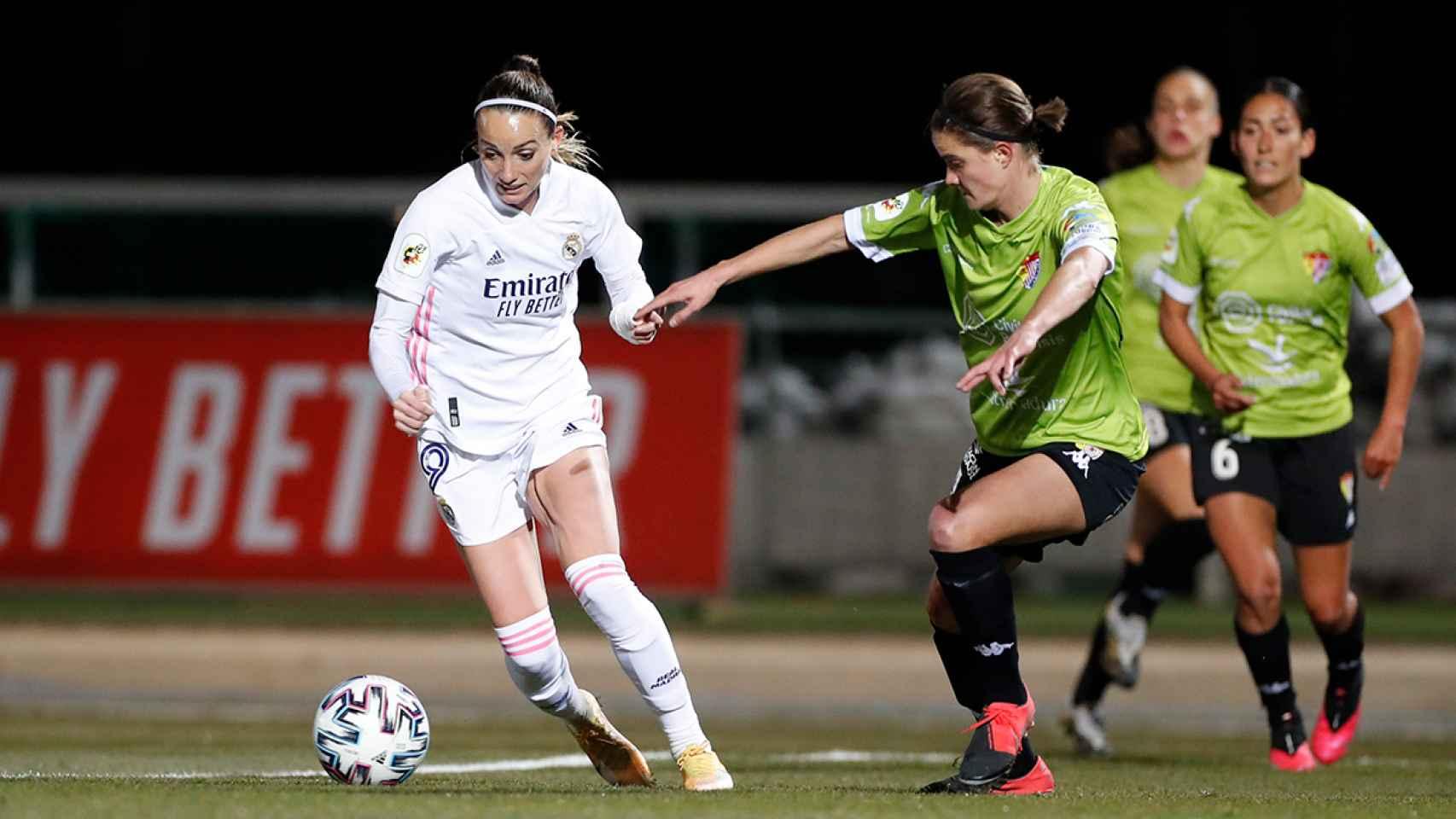 Kosovare Asllani conduce el balón durante el Real Madrid Femenino - Santa Teresa de la Primera Iberdrola
