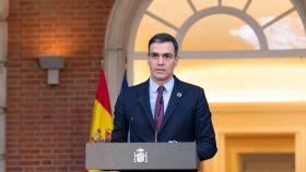 Pedro Sánchez, presidente del Gobierno, en la escalinata de Moncloa.