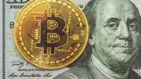 Bitcoins y dólares, las principales divisas cripto y tradicionales.