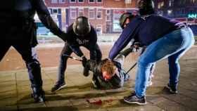 Un hombre con la cabeza ensangrentada es arrestado en Róterdam.