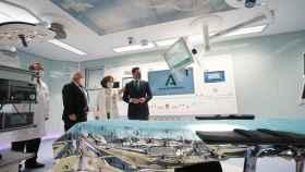 El presidente de la Junta de Andalucía, Juanma Moreno, visita el Hospital Virgen del Rocío.